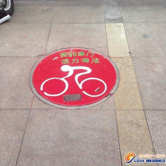 厦门一步行街现创意窨井盖 嵌有标识牌和二维码