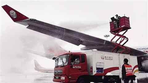 重庆江北机场,川航工作人员在为飞机除冰.