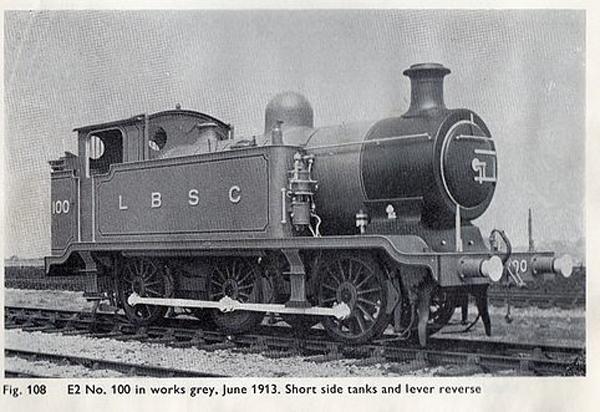 """威尔伯特·奥德瑞手绘的托马斯(上),托马斯小火车原型LB&SCR E2(下) E2型火车头的产量原本就不多,而像托马斯这种前突设计外加侧水箱的款式更是少之又少。 托马斯蒸汽小火车头的第一次正式亮相,要追溯到奥德瑞牧师于1946年出版的""""铁路系列""""故事第二部。在书中,托马斯为一群工作在大型车站里的火车们搬运车厢。那个大型车站有着与布莱顿车站类似的双拱形屋顶,这样的背景搭配一台来自伦敦-布莱顿-南海岸铁路(LB&SCR)的菜鸟火车头,立即就产生了故事。"""