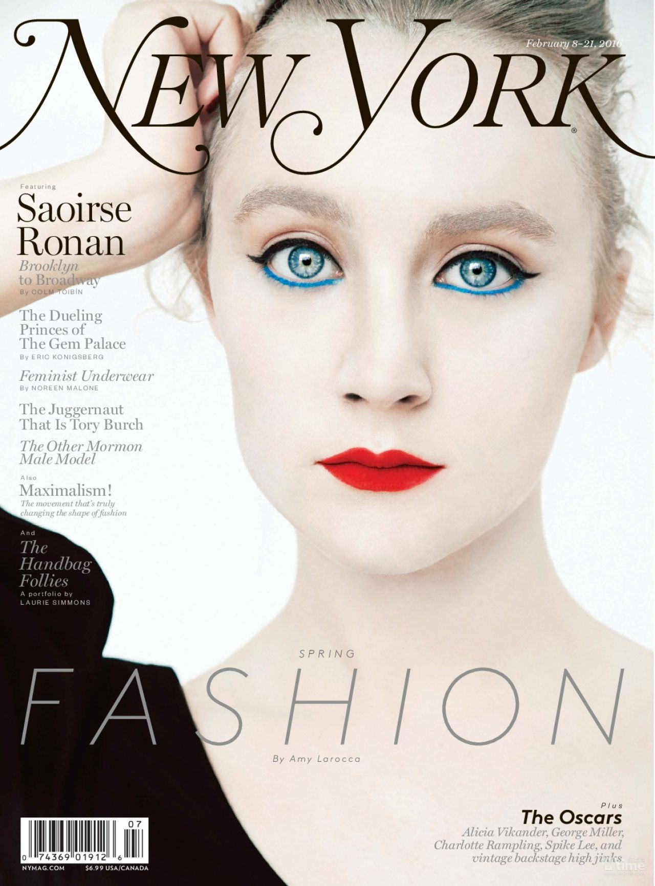 西尔莎·罗南近日登上了最新一期《New York》时尚杂志封面,以一袭复古造型展示了不同以往别样的美,在今年奥斯卡《布鲁克林》中罗南展示的是50年代美式小清新的复古,而这组大片所展示的则是白发、红唇、蓝色碧眼造型,眼神犀利而又厚度。