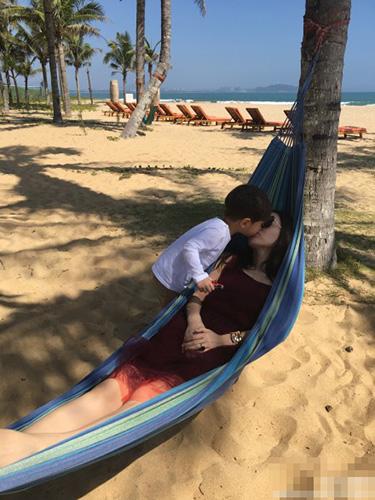霍思燕一家三口海边度假 嗯哼开心玩耍(图)(3)