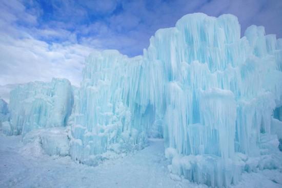 据英国《每日邮报》2月1日报道,加拿大艾伯塔省威廉·霍里拉克公园近期打造出冰雪城堡,好似迪斯尼电影《冰雪奇缘》中的宫殿。城堡内所有设施均由冰雪建造而成,蔚为壮观,游客络绎不绝。这座城堡座由美国一家公司负责建造。城堡内不仅有隧道、滑道、人工雕刻的冰柱,还有冰雪宝座,像极了公主艾莎的宫殿。