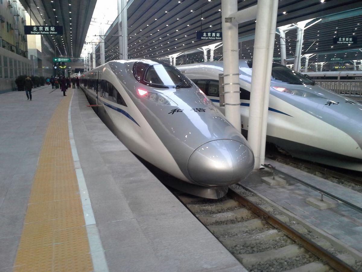 """""""过去普通列车一票难求,后来是动车抢手,没想到现在连大年三十的高铁票都这么难买。""""在北京一家互联网企业工作的杨女士,直到1月中旬才确定在腊月二十六以后返乡,却发现那几天北京到郑州的五十几趟高铁二等票都售罄了。""""感觉这几年坐高铁返乡的人越来越多,大家真是不差钱了!""""   在这个春运上演了""""一票难求""""的中国高铁,也曾遭遇""""运椅子专列""""的奚落。那是2010年7月,沪宁高铁开通,一张车厢内只有一名旅客的新闻照片引"""