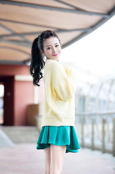 旗袍,衣着娇嫩色彩春装与俏皮的的长发造型相呼应,并秀出细嫩美腿,傲图片