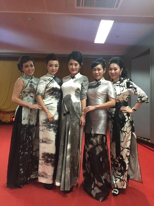 热点 正文    近日,中国首届深圳旗袍音乐会由大中华旗袍馆主办在深圳