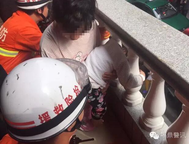 优博娱乐鼎一小孩头卡在阳台栏杆里 满脸通红哭闹不止