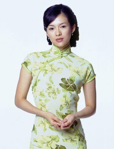 """中午,蔡少芬在微博中晒出一张穿旗袍的照片,直言:""""美吧!"""