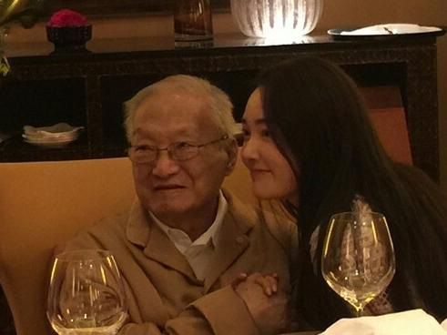 金庸92岁低调办寿宴  与女星盛朗熙合影(组图)