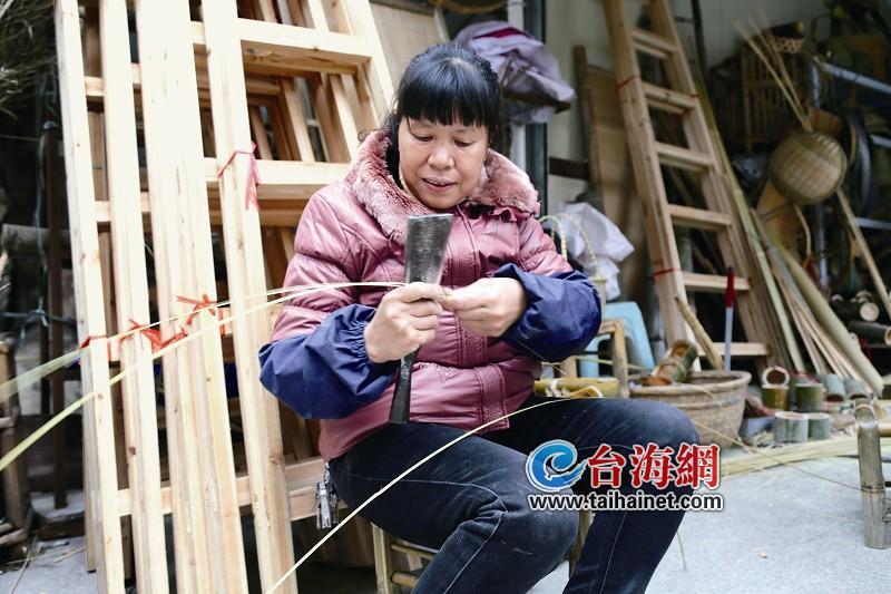 """""""削竹,刮青,劈篾,编织,这些是竹编的基本."""