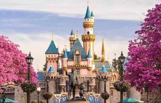"""2月份,为庆祝迪士尼乐园开幕60周年,迪士尼举办了""""迪士尼的奇妙世界:迪士尼乐园60年""""庆典,众星云集。而进入3月,迪士尼的新片《疯狂动物城》异军突起。一方面是迪士尼源源不断、深入人心的动画、电影形象,一方面是广受欢迎的迪士尼乐园,让我们一起在迪士尼乐园的奇妙世界中找寻那些我们熟悉的迪士尼动画形象。从白雪公主、米老鼠、小熊维尼到《冰雪奇缘》、《巴斯光年》、《海底总动员》,看这些动画、电影IP是怎样融入到实体的迪士尼乐园中的。   美国加州、佛罗里达州,巴黎,东京和香港,加上即"""