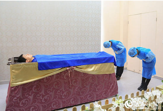 揭秘殡仪馆治丧仪式 为死者化妆清理遗体_福州