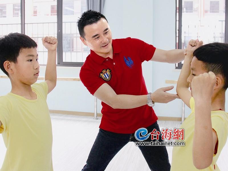 他打造翔安第一支小学男子舞蹈团_乐在厦门_小学生背包女图片