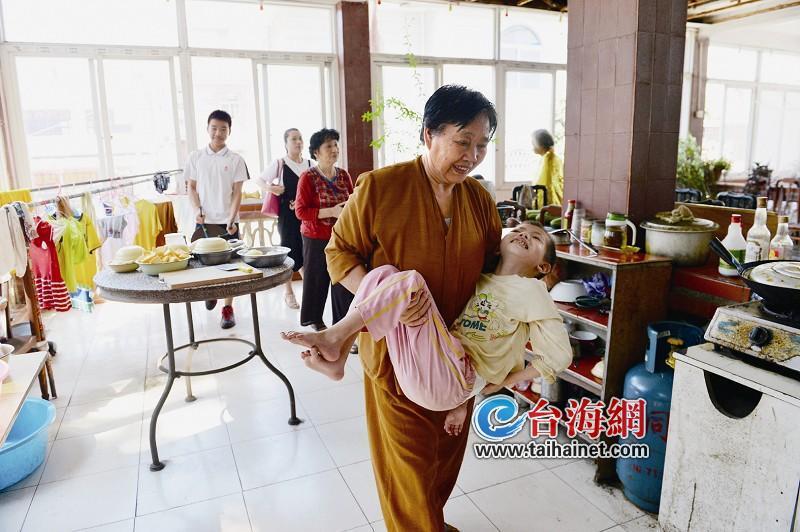 厦门有位亲切的郭奶奶 收养了6名孤儿