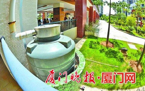 海沧第二实验小学内的雨水收集桶