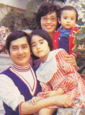 小时候照片,和家人一起-刘亦菲家族老照片曝光 刘亦菲是 家里最丑
