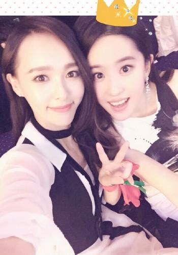 照片中的唐嫣和刘亦菲依偎在一起,刘亦菲的呆萌表情很是抢镜,可爱