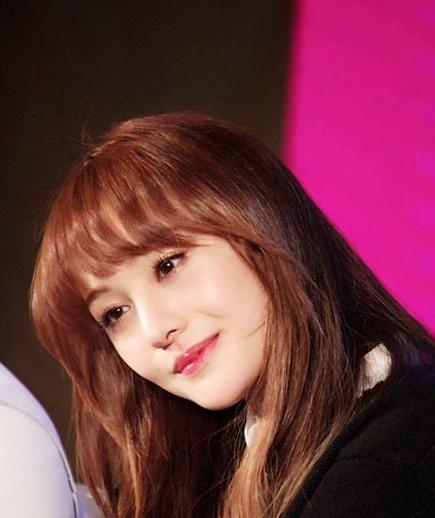 郑爽是一个可爱的小女生,是很多男生想保护一辈子的女生,单纯直爽