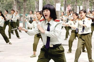 郑州大学训设女子匕首连英气十足妹子们举起匕首