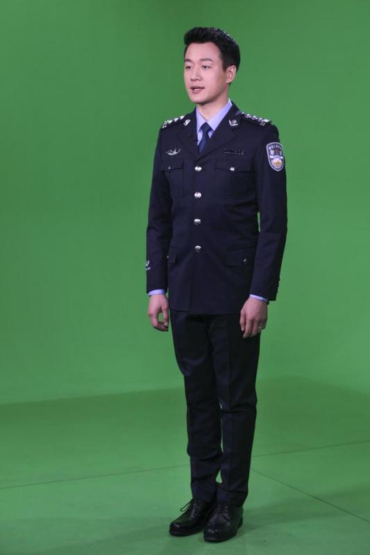 佟大为变身最帅警官 身着警服帅气出镜