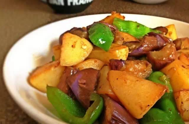非油炸东北地三鲜   这个做法,不用油炸一样美味哟。   用料   茄子1根   土豆1个   青椒半个   生抽1大匙   盐1/4小匙   糖1小匙   淀粉1小匙   清水3大匙   步骤   1.茄子、土豆滚刀切,青椒切块   2.平底锅高火烧热油,放入土豆块煎金黄   3.