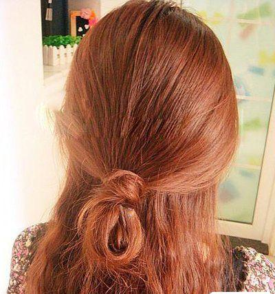 第二步:将飘逸的发丝半扎成松散的公主头发型.