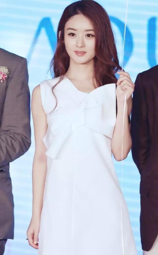 但定睛一看,这条可爱的白裙子,前段时间赵丽颖不是刚穿过吗?