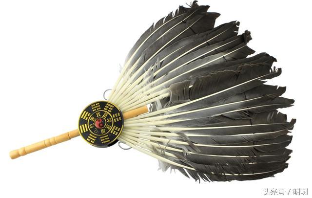 因此可能有人会有疑问,那就是诸葛亮手中的扇子到底有什么作用?而且他为什么总是要带着那把扇子?如果有人认为那只是古人的一种生活习惯的话,那就错了,作为一个军师的形象,带着扇子是很合意的,有的时候还可以在夏天为自己散热,古代没有电风扇,所以可以这么想,但是诸葛亮周围的其他人又没有带扇子的习惯。