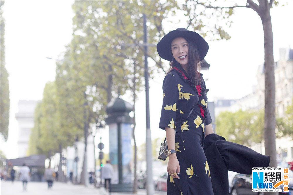 纽约时装周、伦敦时装周刚刚结束,紧随其后的米兰时装周、巴黎时装周也将撩开面纱。著名演员、环球旅游小姐赵雅淇现身巴黎参加时装周,每天行程满档游走在各个秀场之间。空闲之余的赵雅淇身穿一套黑色修身复古长裙漫步在巴黎的街头,零星的树叶造型和领口的红色设计为整体少女风增添一份典雅和秋之韵意,暗红色蜜唇妩媚十足,心情大好的她笑容迷人,流露出的幸福感也很能感染旁人;落落大方又不失性感优雅,成为浪漫之都巴黎街头一道亮丽的东方风景。   (来源:新华网)   (原标题:赵雅淇巴黎街拍LOOK曝光 性感优雅展迷人风情)