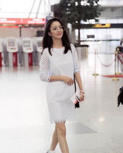 佟丽娅连身裙现身机场 露招牌笑容酒窝抢镜 2