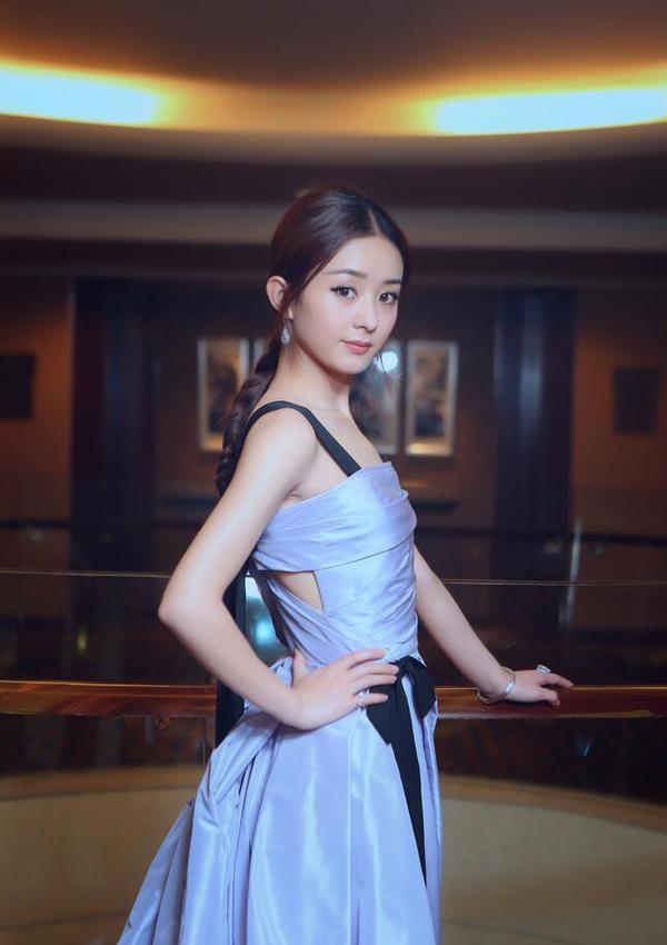 赵丽颖出席活动,一身白色裙子看起来很有气质