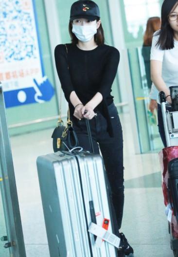 江疏影现身机场 黑色装扮凸显好身材(2)