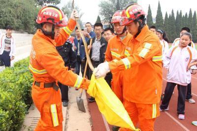 江苏连云港市一学校现1米长大蛇 消防出动快速抓蛇(图)