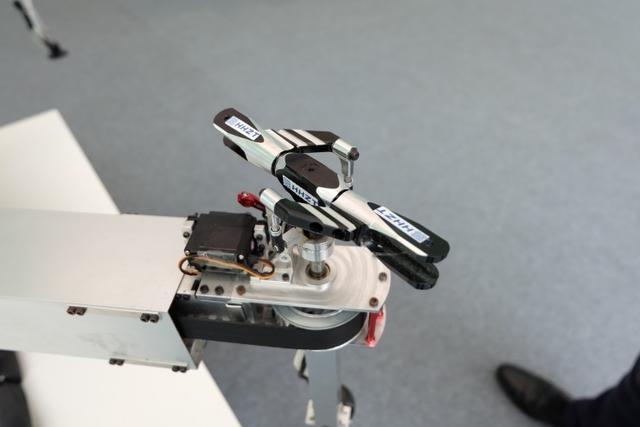 (可变螺距的旋翼)   这架无人机是来自北京航空航天大学的创业团队 「浩恒征途」(以下简称 HHZT )的产品。   学生办公司,创新工场投了 400 万   这个公司成立于 2015 年 5 月份,团队 12 个人,几乎都是北航的硕士生和博士生,大半的成员都还没有毕业。雷锋网现场所见到的两位联合创始人:初征和赵恒,前者是研三的学生,后者博三在读。   他们给雷锋网的感觉就是「年轻」。今天的会场有蒂姆·库克要来,但他并没有被一群人簇拥着,而是独自一人快步走,所以反倒少有人注意到。而初征却很