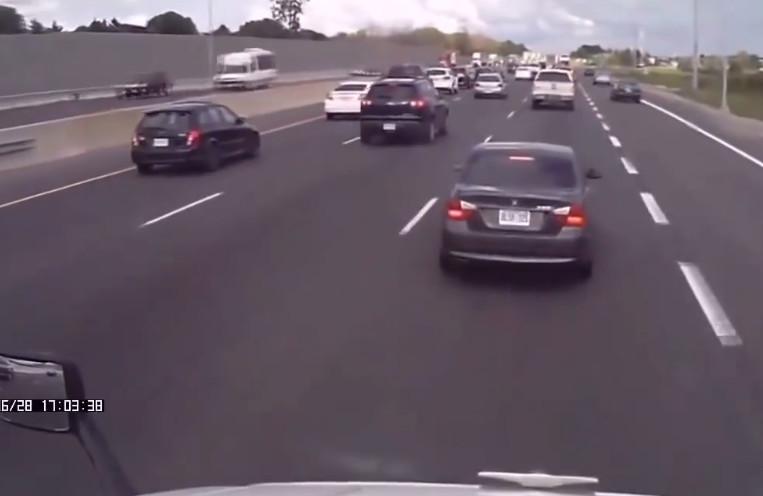 宝马车在正前方一路停车,一会刹车一会刹车!