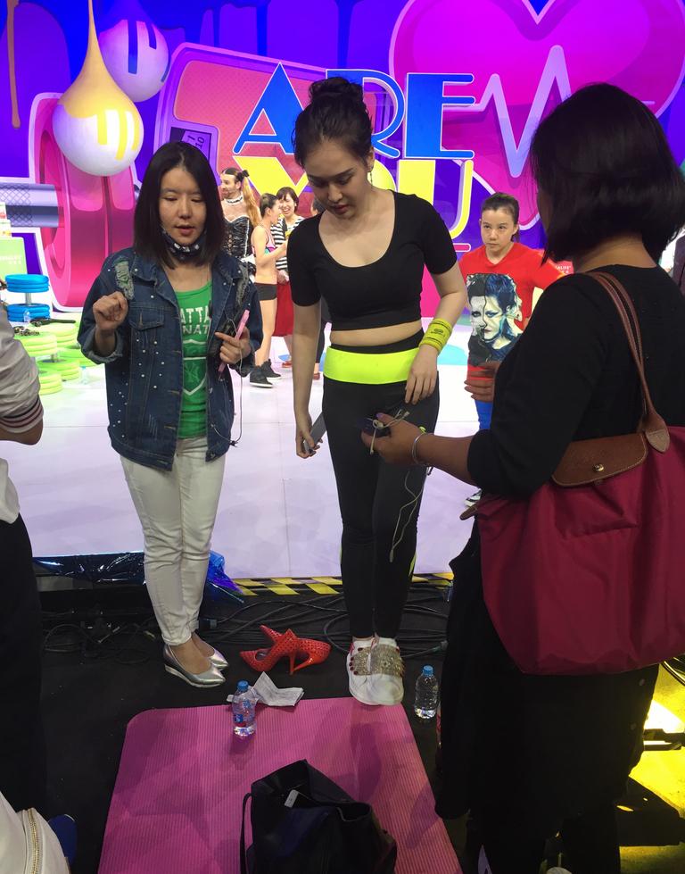 近日,赵本山女儿赵一涵在上海录制某节目,穿一身黑色紧身运动服胸前