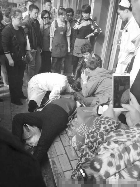 中国 老人 跪地/突发:老人街头晕倒,医生跪地施救