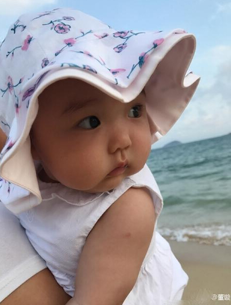 董璇带女儿小酒窝看海 大眼宝宝在沙滩萌化