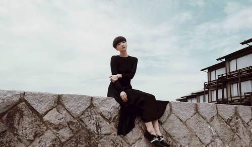 高晓松身材倚坐海边似少女雪肌白里透红(图)_注重前妻的男生女生图片