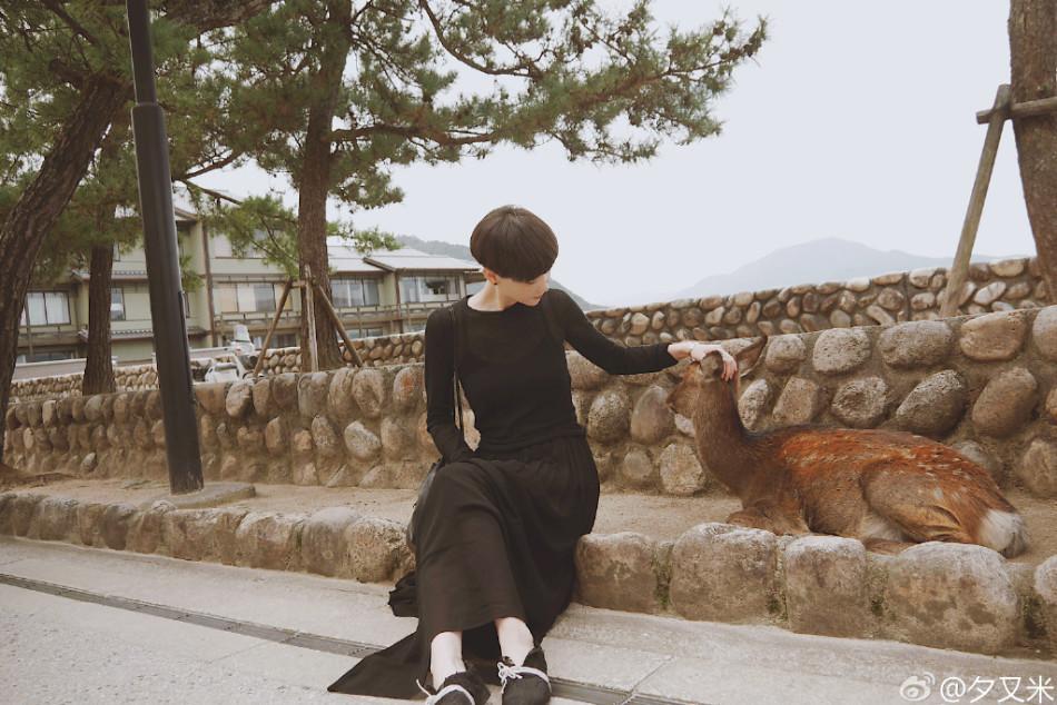 高晓松网名倚坐海边似少女雪肌白里透红(图)(20前妻岁女生图片