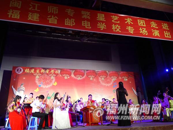 民乐合奏《金蛇狂舞》拉开演出序幕.