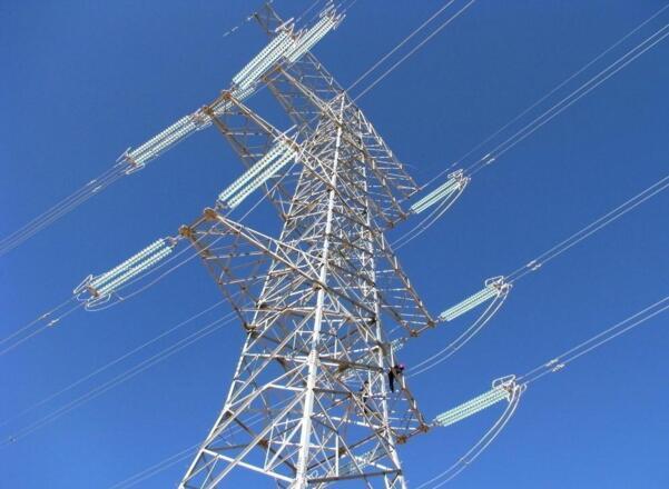 同塔并架双回线路   2. 即使断开线路开关,仍有触电风险   即使断开线路开关,但是塔上还有电,并不安全。在同塔并架线路上或者线路有交叉有跨越的时候,就可能出现线路之间的感应电流,感应电过于强足以把塔上人员击落。