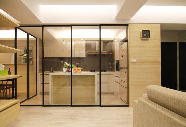 厨房与餐厅玻璃隔断门装修效果图