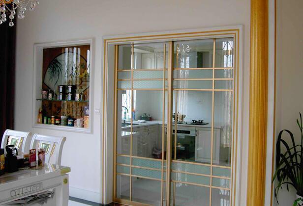 厨房与餐厅玻璃隔断门装修效果图(2)