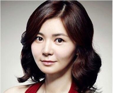 女人短直发无刘海造型设计是具有上下层次感的发型,中偏分的头发更加