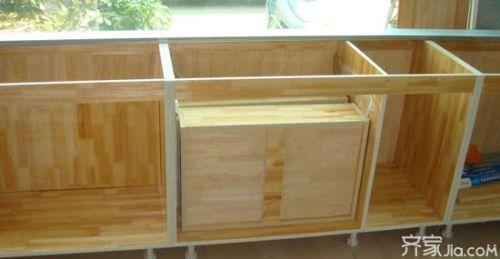 细木工板也就是常说的大芯板,它是由小木条拼接,中间加入胶水压合