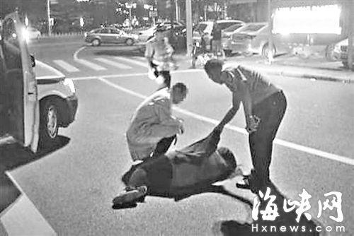莆田街头女子突然倒地发抖 路过交警脱衣送暖图片