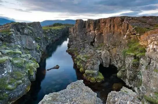 没落的贵族史塔克家族——冰岛避暑小木屋   维斯特洛大陆的最北端原本是北境之王史塔克家族的领地。史塔克(Stark)的祖先是筑城者布兰登,维斯特洛最纯正的先民血裔,后来逐渐没落。《权力的游戏》的忠实粉丝一定可以轻易认出冰岛的辛格维尔国家公园(Thingvellir National Park)就是艾莉亚故事线中猎狗和布蕾妮打斗的场景的拍摄地。这幢隐蔽的小木屋据雷克雅未克只有一个小时的车程,可以360度无死角遍览整个公园的景色,让你充分体验这个没落的北境贵族曾经显赫的生活。   (