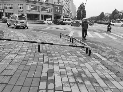 郑州护栏挡住人行道 通行十分不便