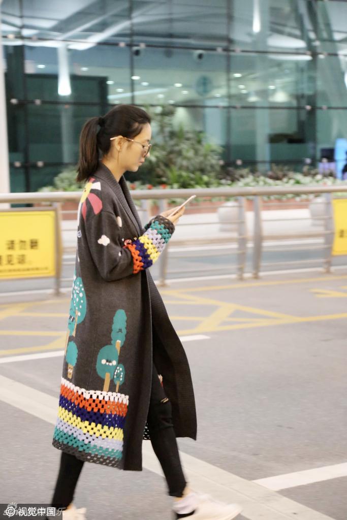 近日,辣妈佟丽娅黑超遮面现身广州机场,身着过膝长衫的她边走边看