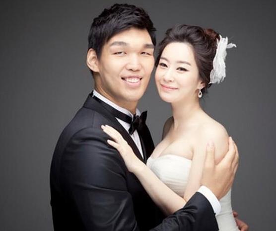 他是NBA联盟唯一韩国人 长相巨丑 老婆确美若